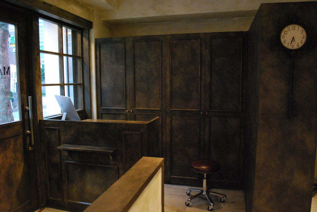 アンティーク調の美容室家具しつらえがある店内内装