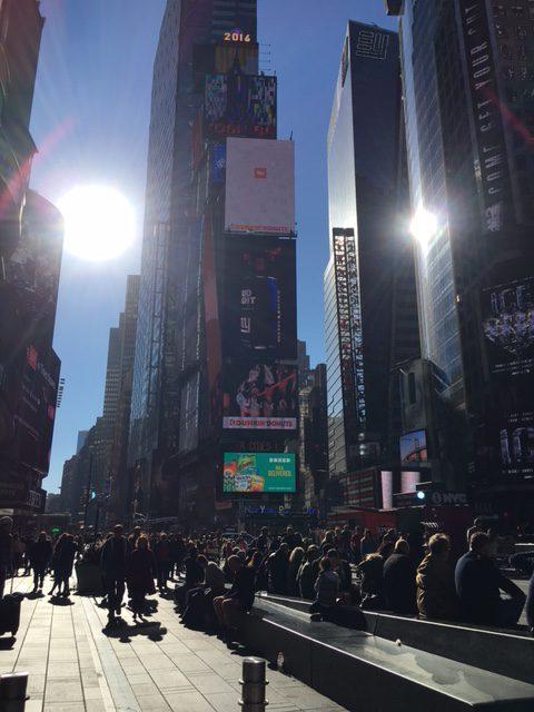 ニューヨーク タイムズスクエア。ここで毎年、ニューイヤーのカウントダウンおこなわれる様子がテレビでもうつされてますね。